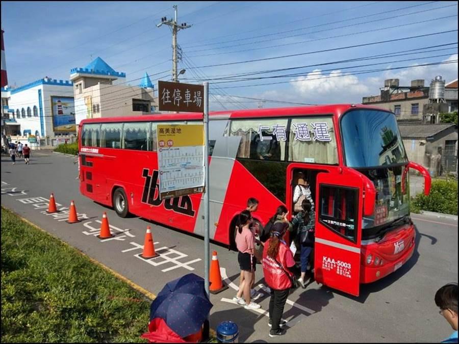 台中市府交通局在高美溼地實施交通管制,並安排免費專車供民眾搭乘。(盧金足攝)