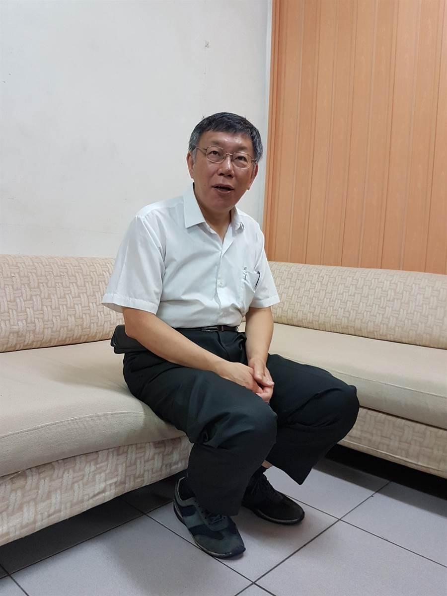 台北市長柯文哲今(4日)上午9時許由台北市政府顧問蔡壁如等陪同前往板橋區天德宮參拜,隨後與當地里長座談。(葉書宏攝)