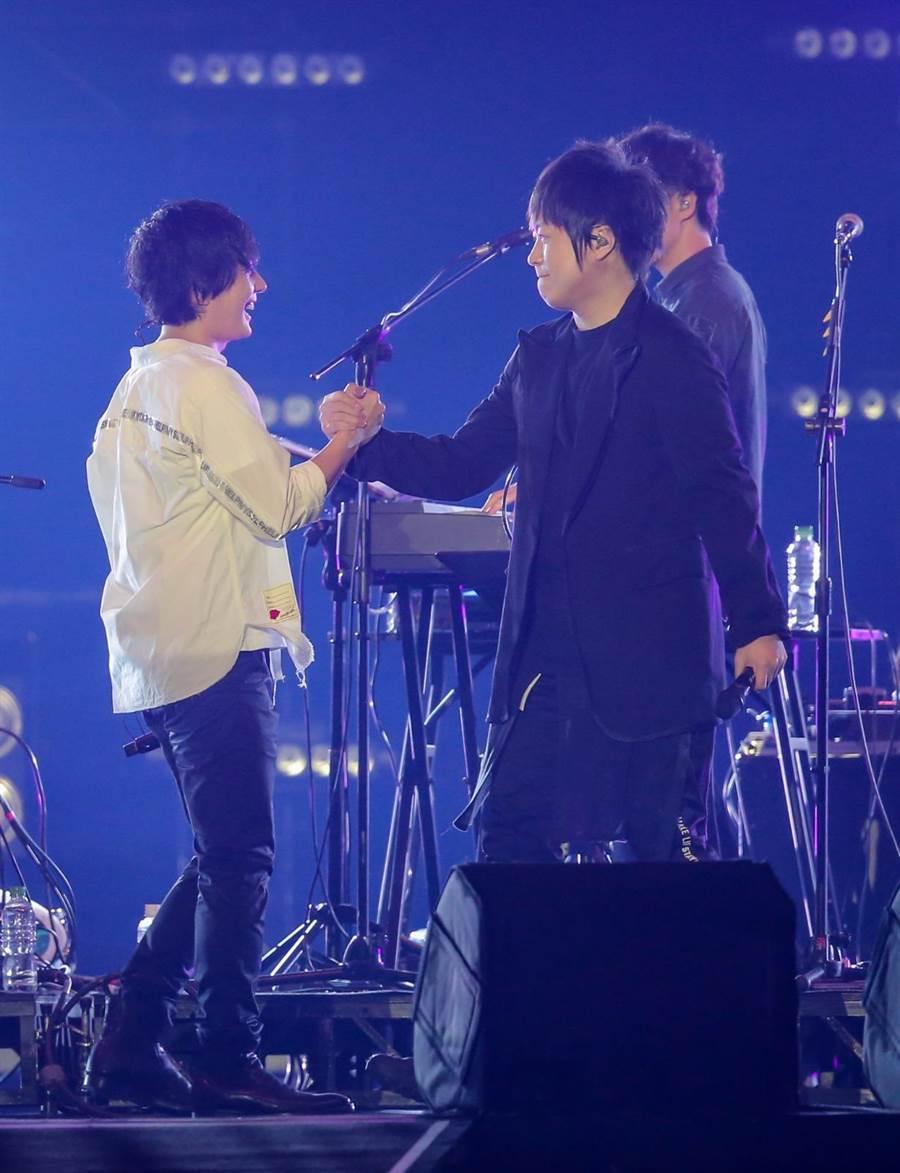 日本團體flumpool凡人譜主唱山村隆太和五月天阿信於「超犀利趴10」合唱。(盧褘祺攝)