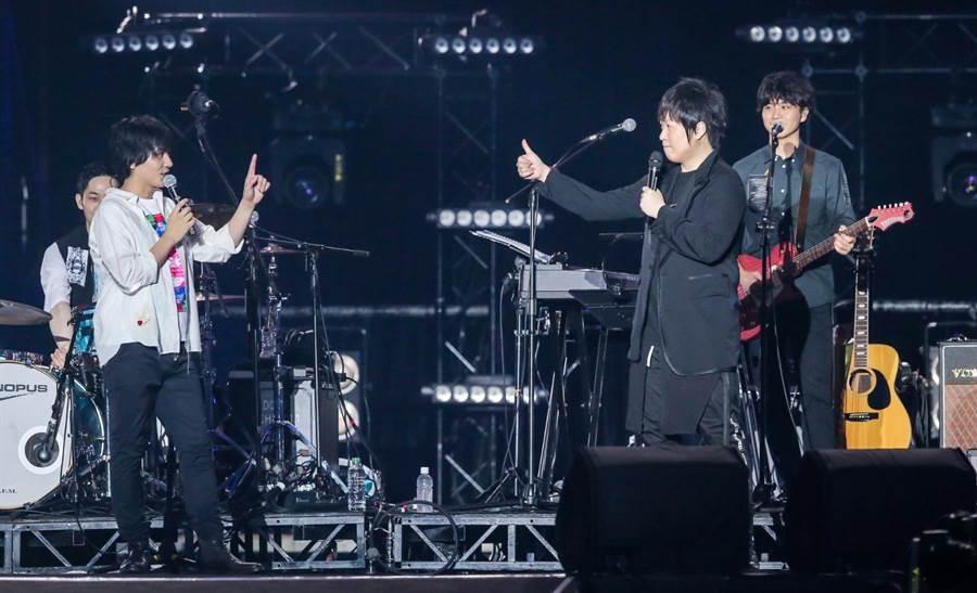 日本4人樂團flumpool凡人譜受邀《超犀利趴10》,五月天阿信驚喜合體。(盧褘祺攝)