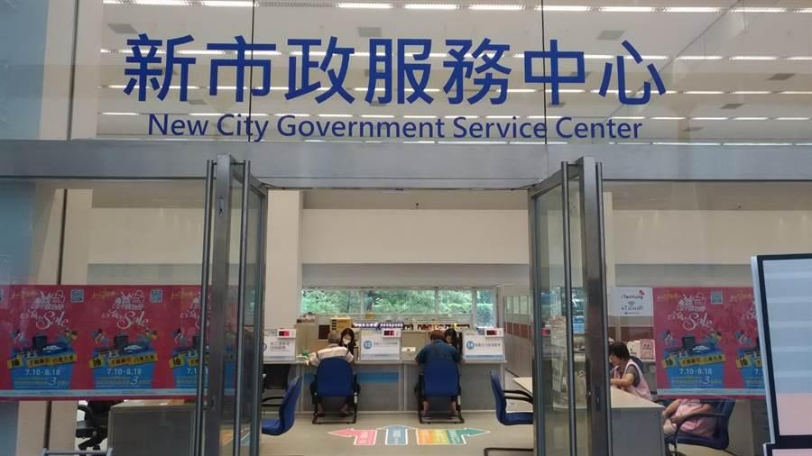 位於台灣大道市政大樓文心樓1樓的「新市政服務中心」每月受理案件量約在2萬3000件左右,民眾填答滿意度高達9成9。(盧金足攝)