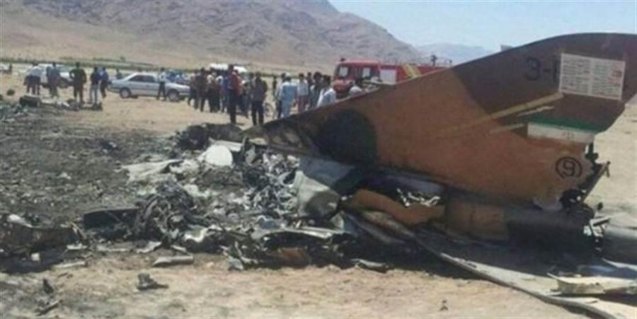 伊朗國營新聞發布的墜機照片,從尾翼判斷,這是F-4戰機。(圖/IRNA)