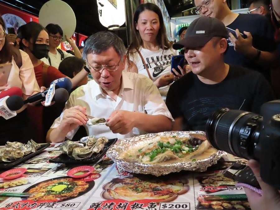 台北市長柯文哲到樹林迺夜市。(葉德正攝)