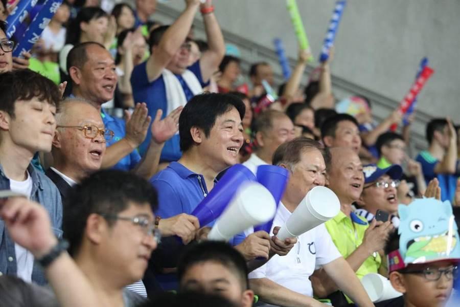 行政院前院長賴清德今(4)日晚看世界杯少棒賽。(圖/取自賴清德臉書)