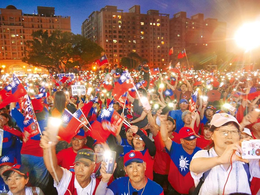韓國瑜3日晚間率領支持者在手機燈海中高唱夜襲和中華民國頌,為晚會掀起最高潮。(蔡依珍攝)