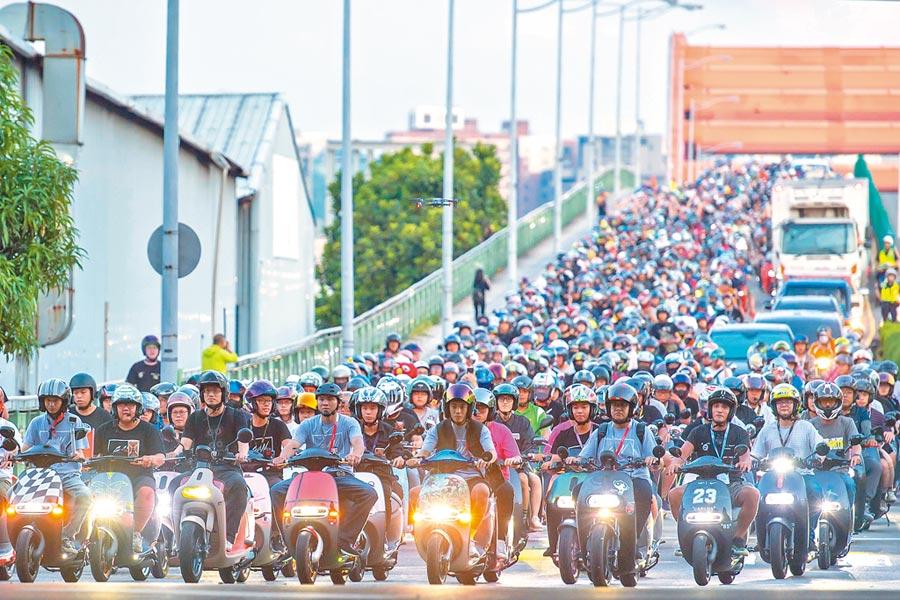 電動機車逐漸站穩腳步,7月掛牌數創下歷年新高紀錄。圖為上千名Gogoro車主舉辦台中地區規模最大的車聚,快閃虹揚橋的盛況。(本報資料照片)