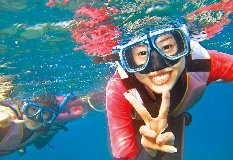 交通部觀光局將蘭嶼、綠島、小琉球,納入秋冬旅遊的離島補助。圖為民眾在小琉球浮潛。(本報資料照片)