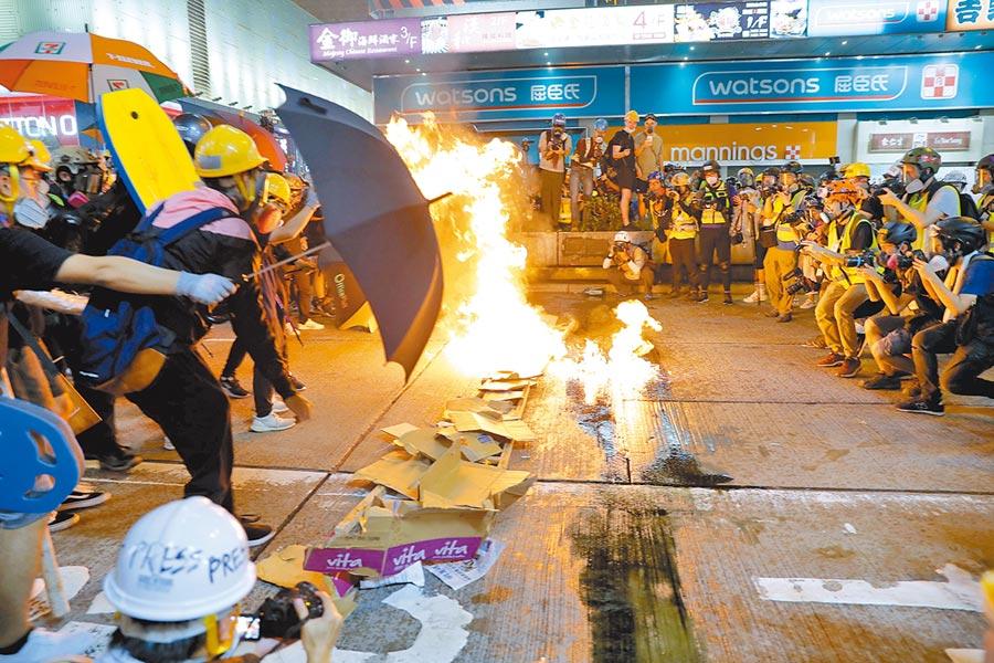 旺角再遊行示威者入夜後在街頭縱火。(美聯社)