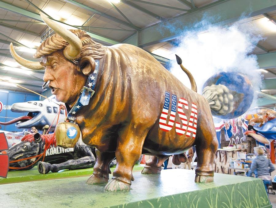 美國總統川普2日宣布與歐盟簽訂一項牛肉貿易協議,將推動美國牛肉出口至歐洲市場。圖為今年2月德國梅因茲的嘉年華遊行活動預展上,出現一輛川普牛花車。(美聯社資料照片)