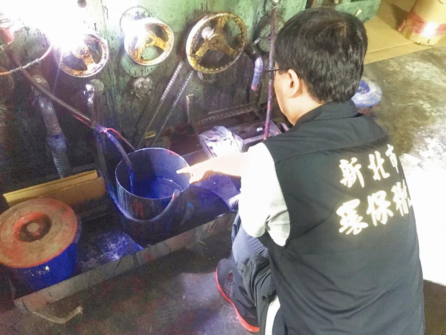 環保局稽查員進入璟豐紙品,當場發現藍色廢液桶。(葉德正翻攝)