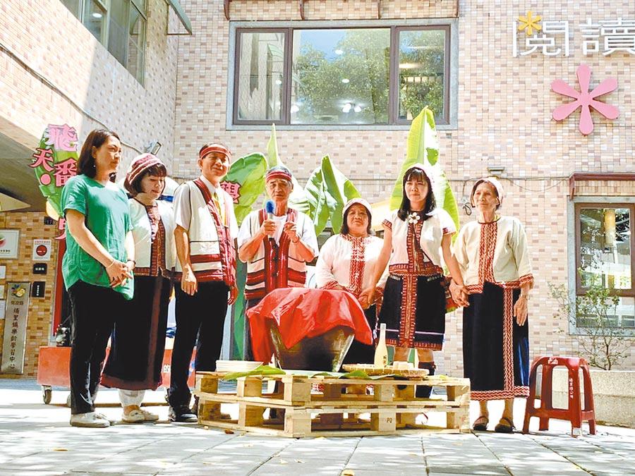 埔里鎮長廖志城(左三)主持魔法學校開學,由平埔族長老祈福。(廖志晃攝)