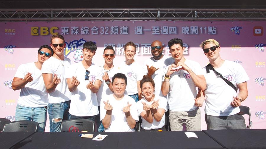小禎(前排右)、梁赫群(前排左)與聯合國型男們昨出席《2分之一強》鐵粉見面簽名會。