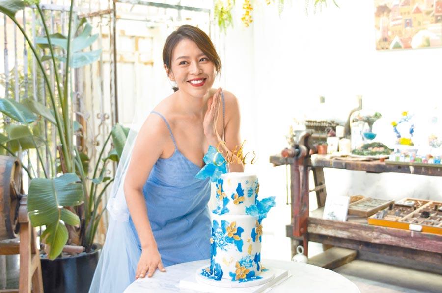 劉品言昨穿細肩洋裝低胸爆乳,慶祝31歲的蛋糕十分華麗。
