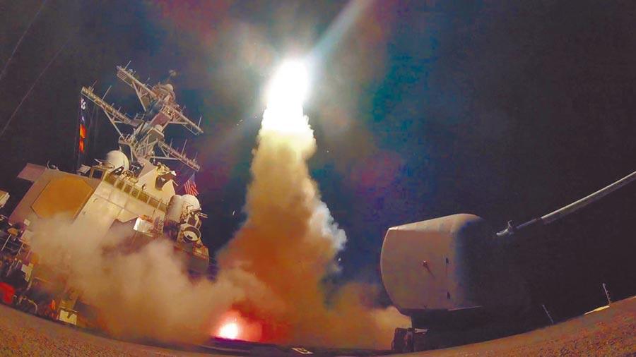 2017年4月7日,美國軍艦在地中海發射一枚戰斧飛彈。(新華社)
