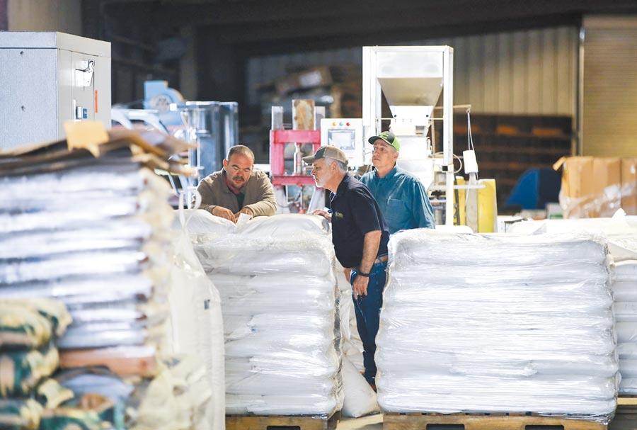 美國豆農在倉庫向顧客介紹自己的農產品。(新華社資料照片)