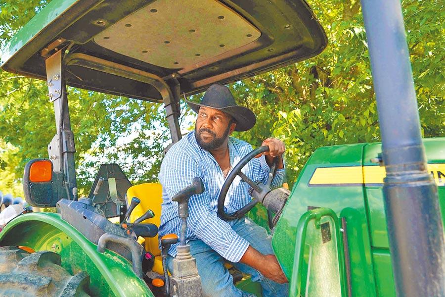 美國豆農在自己的農場裡工作。(新華社資料照片)