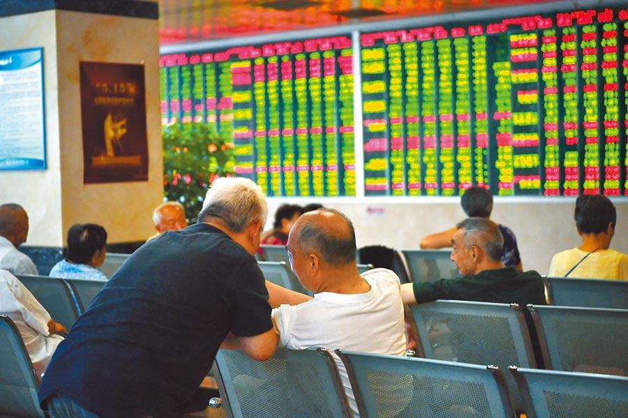 不少券商認為A股有望走穩反彈,圖為7月31日,成都某證券營業部大廳內的股民關注股市行情。(中新社)