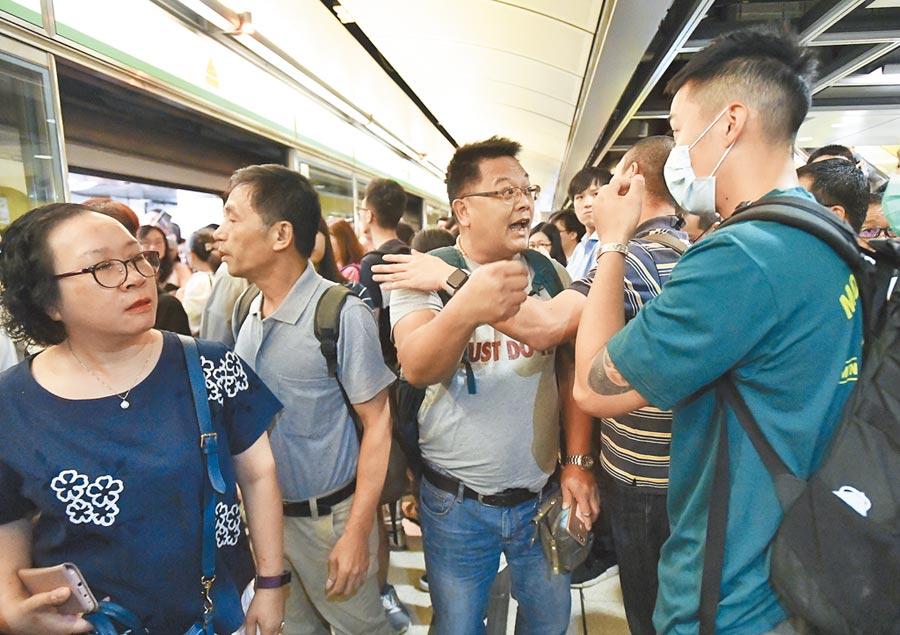 7月30日上午8時許,香港示威者發起「不合作運動」,市民在現場與示威者理論。(中新社)