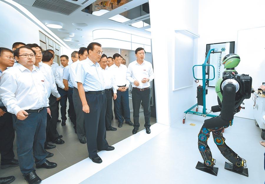 7月23日,中共中央政治局常委李克強在上海張江人工智慧島察看智慧無人系列技術等創新成果。(新華社)