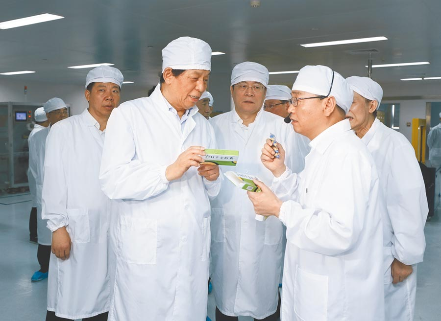 中共中央政治局常委栗戰書在湖南調研,前往株洲千金藥業股份有限公司視察。(新華社)