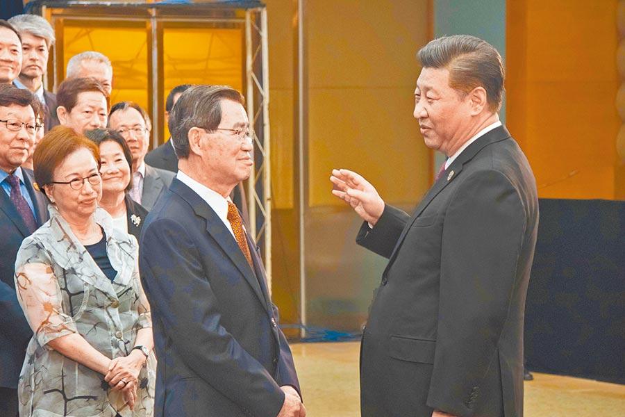 2018年「蕭習會」時,大陸國家主席習近平(右)認為改革開放功勞簿上有台胞台商貢獻。(記者吳泓勳攝)