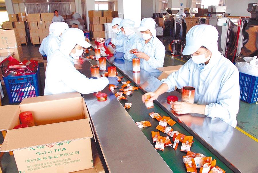 福建省漳浦縣的台企漳州天福茶業有限公司工人正在包裝天福茗茶。(中新社資料照片)