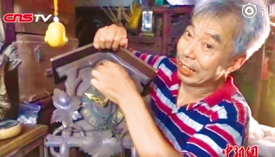 62歲曹慶吉是一名古董座鐘愛好者。(取自微博@中新視頻)