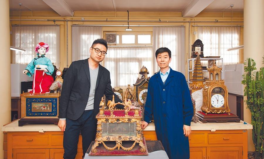 北京故宮鐘錶「男神」王津師傅(右)和徒弟亓昊楠在辦公室。(新華社)