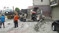 沙鹿向上路長下坡車禍 混擬土車翻覆撞4車