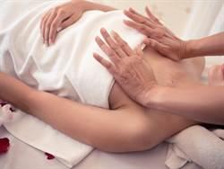熟女做乳房按摩消腫 成效超崩潰