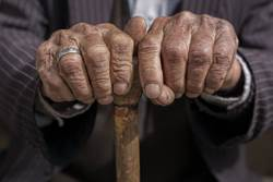 萬年考生找不到工作 家裡蹲30年餓死