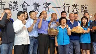 台中紅黑派高雄合體 送太陽餅祝韓入主總統府