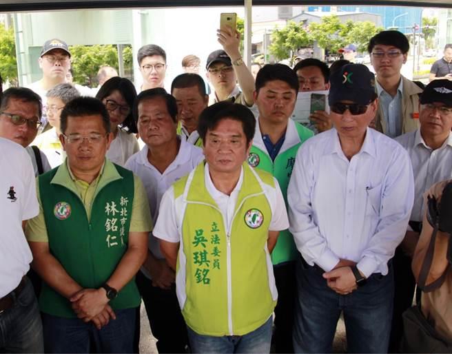 尋求連任的綠營立委吳琪銘和綠營議員視察地方工程。(陳俊雄翻攝)
