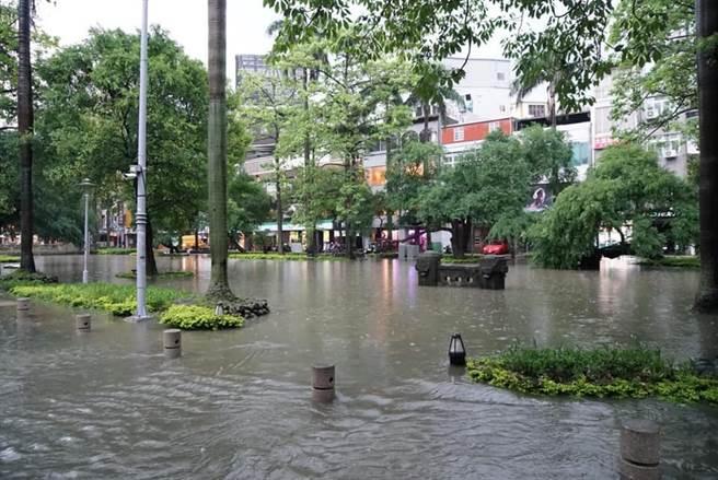 今年5月17日新竹市當天上午1小時就狂炸了68毫米雨量,5個小時下了213毫米,造成市區多處嚴重淹水災情。(陳育賢翻攝)