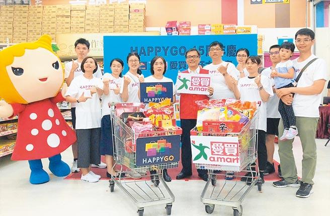 HAPPY GO總經理梁錦琳(左6)及愛買營運長莊金龍(左7)頒獎給大搬家參賽者,有爸爸(右1)還抱女兒參賽購物。(愛買提供)