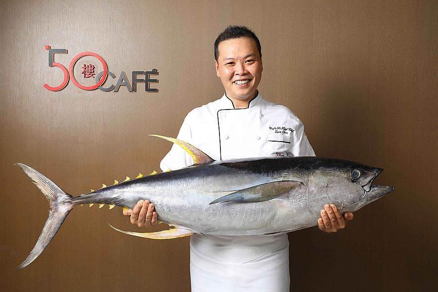50樓Cafe-主廚陳俊杉與現撈黃鰭鮪魚。(圖取Mega 50官網)