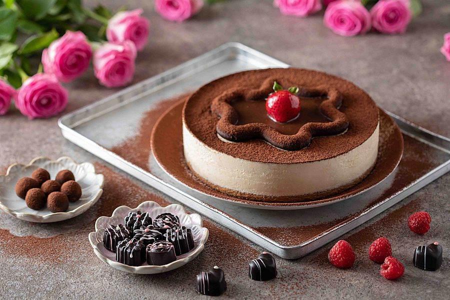 左至右為松露巧克力、覆盆子生巧克力、提拉米蘇蛋糕。(圖取Mega 50官網)