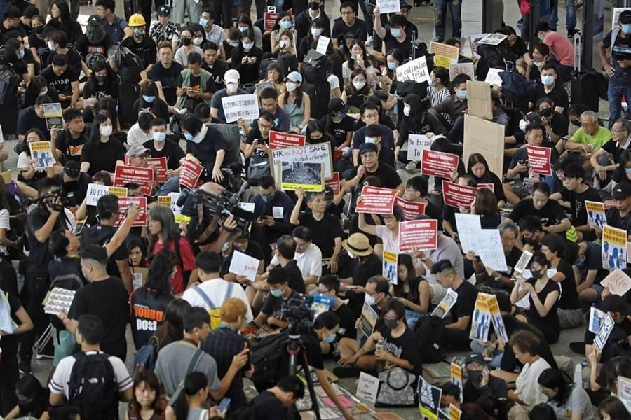 反修例示威的香港民眾再度於香港機場集會抗議。(美聯社)
