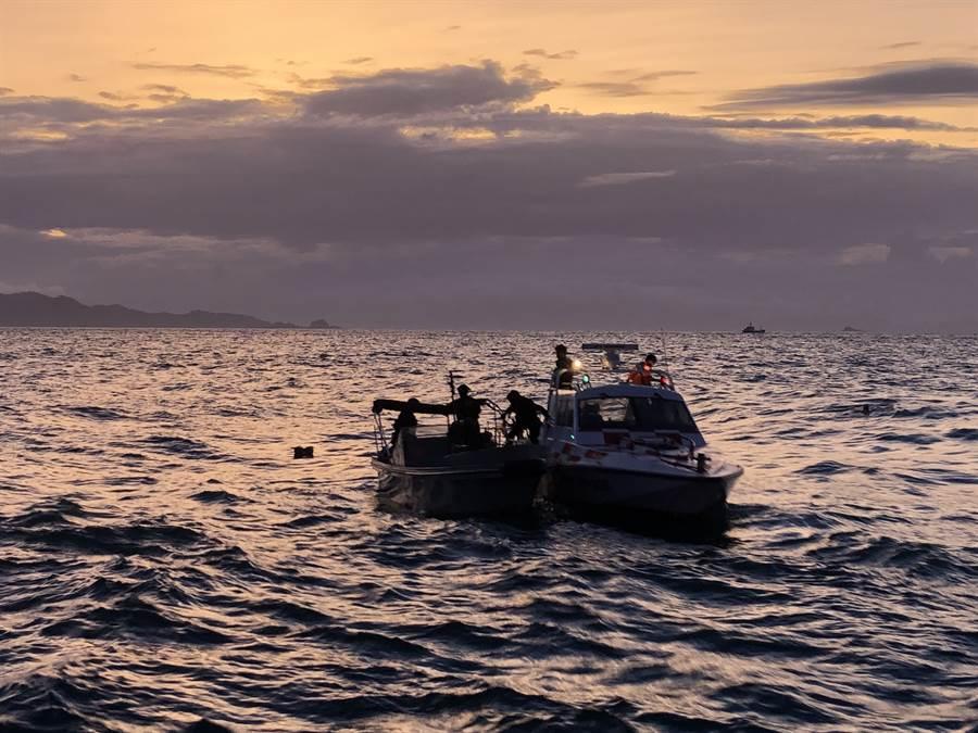 陸籍快艇船員被查獲後急跳海。(圖/海巡隊提供)