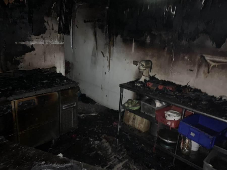 竹南鎮民族街一棟民宅5日上午發生火警,消防人員初判起火點在1樓樓梯間。〔謝明俊翻攝〕