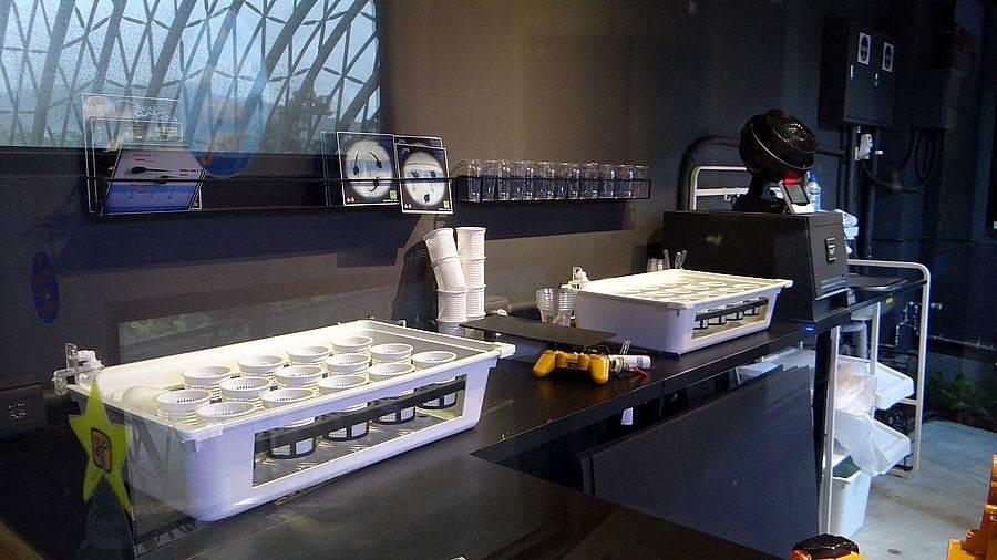 蝌蚪寶寶住的「蝌蚪房」仿造箱網養殖概念設計,自動排水系統大幅改變了最初必須靠人工一杯一杯換水的工作效率。(台北市立動物園提供)