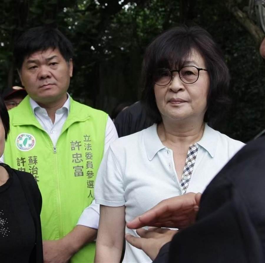 立委蘇治芬(右)明天將和民進黨雲林第1選區立委提名人許忠富(左)一起苦行10天、共300公里,被解讀為破除換將傳言。(許素惠攝)