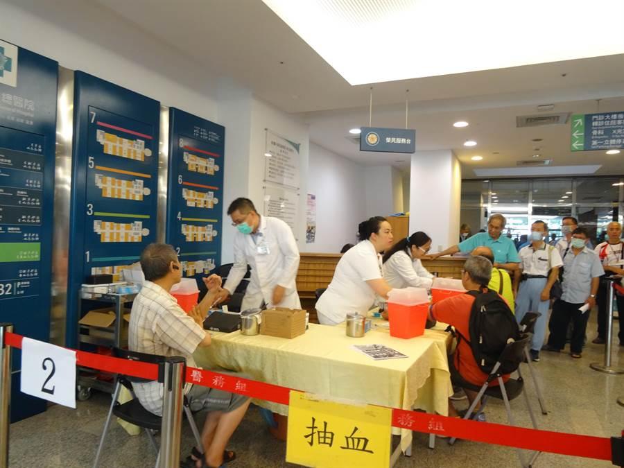 台中榮總5日起舉辦「2019年父親節攝護腺篩檢」不少民眾排隊等候抽血篩檢。(馮惠宜攝)