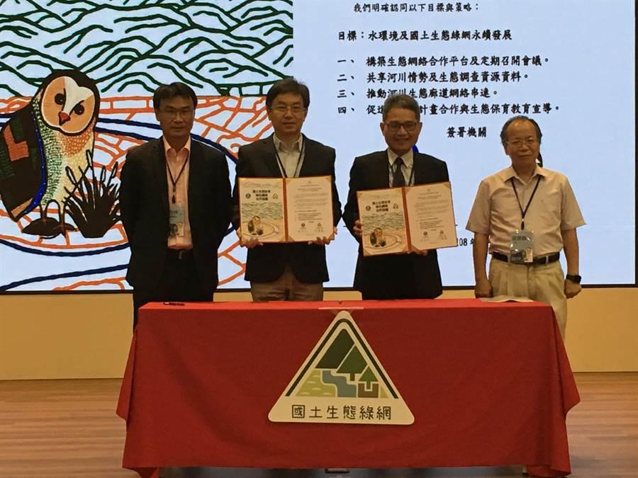 農委會林務局今(5)日與經濟部水利署簽署「國土生態保育綠色網絡合作協議」。農委會主委陳吉仲(左1)及行政院政務委員張景森(右1)出席見證。(游昇俯攝)
