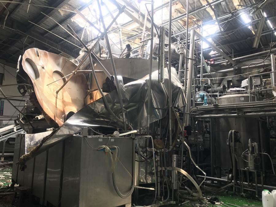 酒廠內的儲酒槽設備疑似因氣爆後炸開變型。(謝瓊雲翻攝)