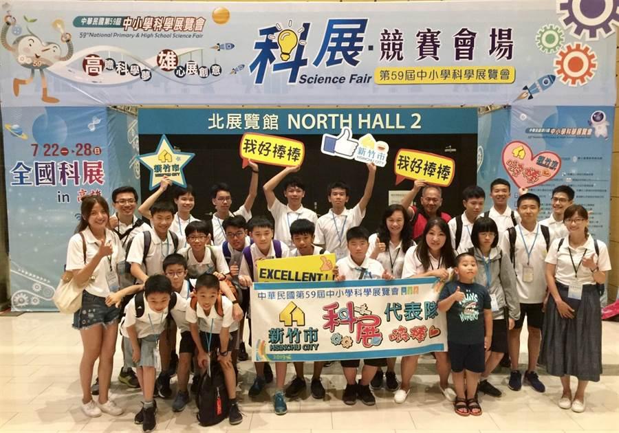 第59屆中小學全國科展近日落幕,新竹市國中、小學有6組團隊參賽,競賽結果有4件作品獲獎。(陳育賢翻攝)