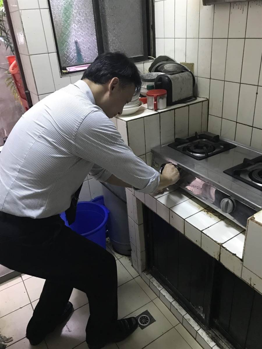 新北市永和警分局今(5日)聯絡民間熱心的瓦斯器材公司,免費至廖老先生家評估瓦斯器材安全性。(葉書宏翻攝)