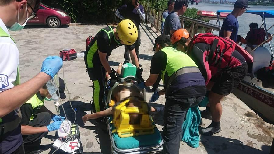 落水男子年約60歲,被救上岸後已無呼吸心跳,仍在醫院搶救中。(吳亮賢翻攝)