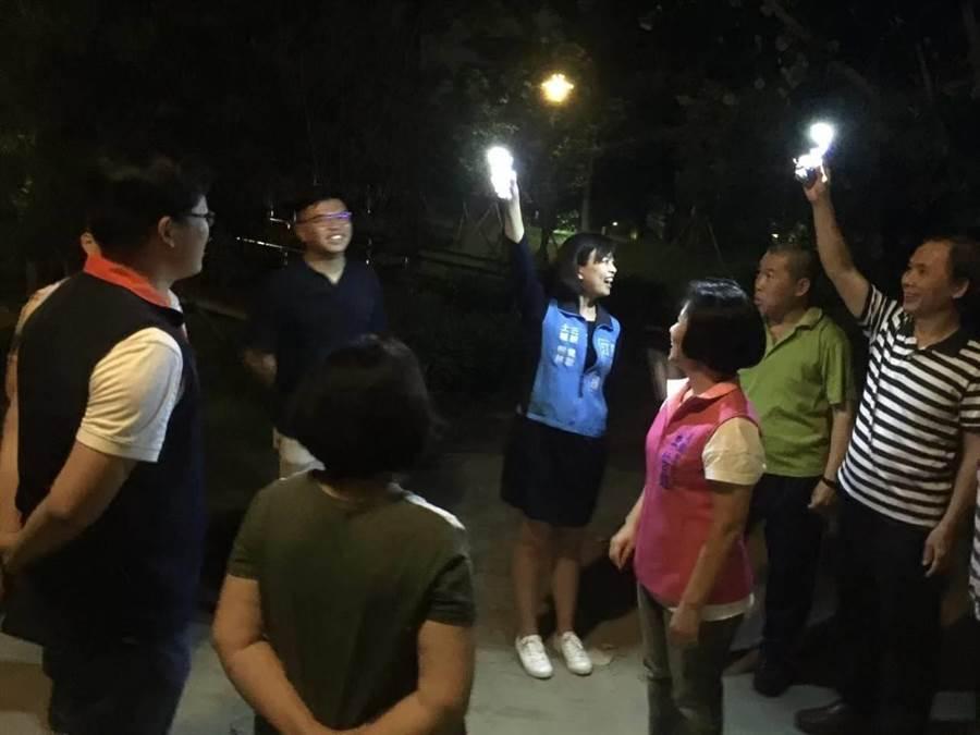 佔地近5000坪的北大萬坪公園多處昏暗,市議員江怡臻日前會勘,區公所上月底先加裝10盞燈,後續若有需求將再加裝。(許哲瑗翻攝)