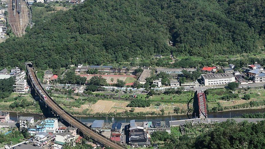 由蝙蝠山上眺望北迴鐵路上的火車。(圖取自新北市景觀處官網)